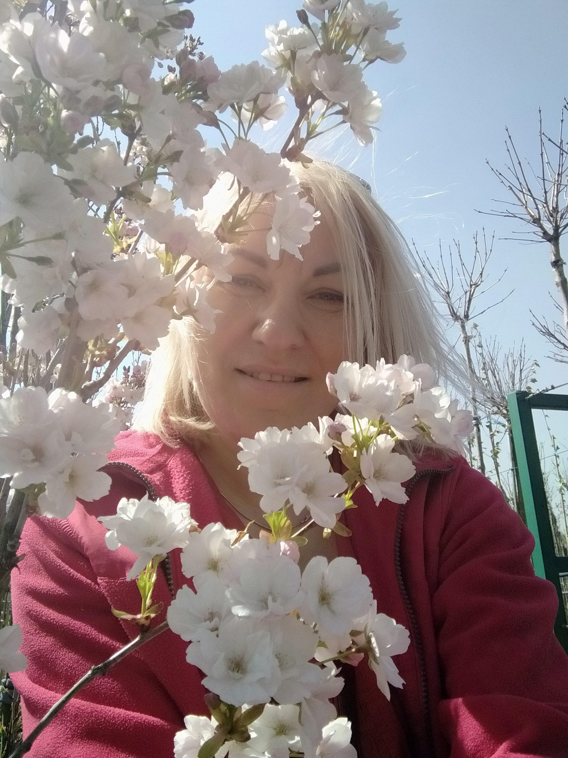 Brigita tarp gėlių